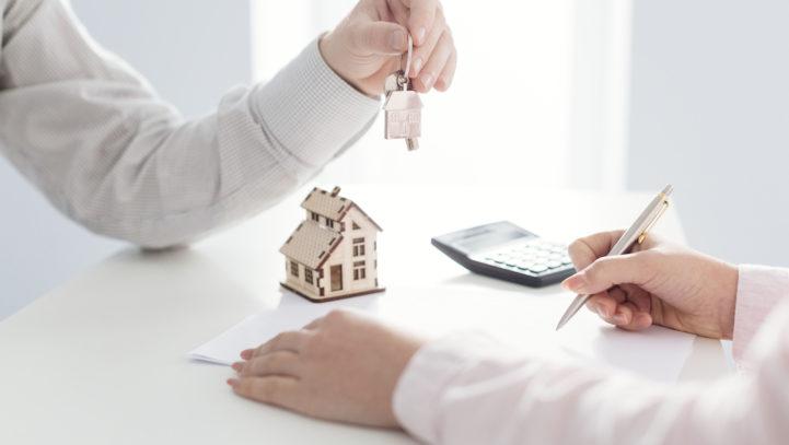 Bufete Salmerón analiza la hipoteca inversa en la revista 65 y más.